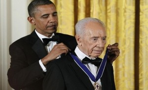 President Obama bestows highest US civil award on Peres. Click to enlarge