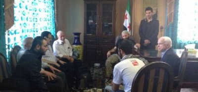 John McCain and the heads of the Free Syrian Army. In the left foreground, Ibrahim al-Badri, with which the Senator is talking. Next, Brigadier General Salim Idris (with glasses).