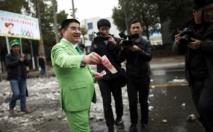 Chinese philanthropist Chen Guangbiao handing out money to street cleaners in Nanking. Click to enlarge