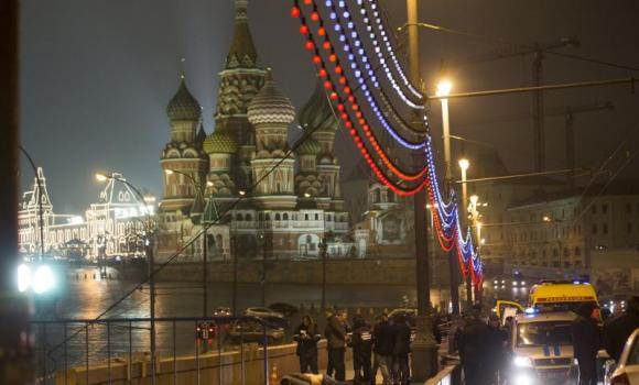 Russian police investigate the body of Boris Nemtsov, a former Russian deputy prime minister and opposition leader at Red Square with St. Basil Cathidral in the background in Moscow on Saturday, 28 Feb, 2015. Click to enlarge