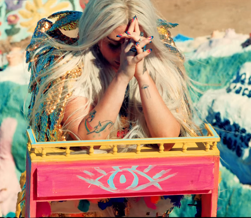 Kesha praying