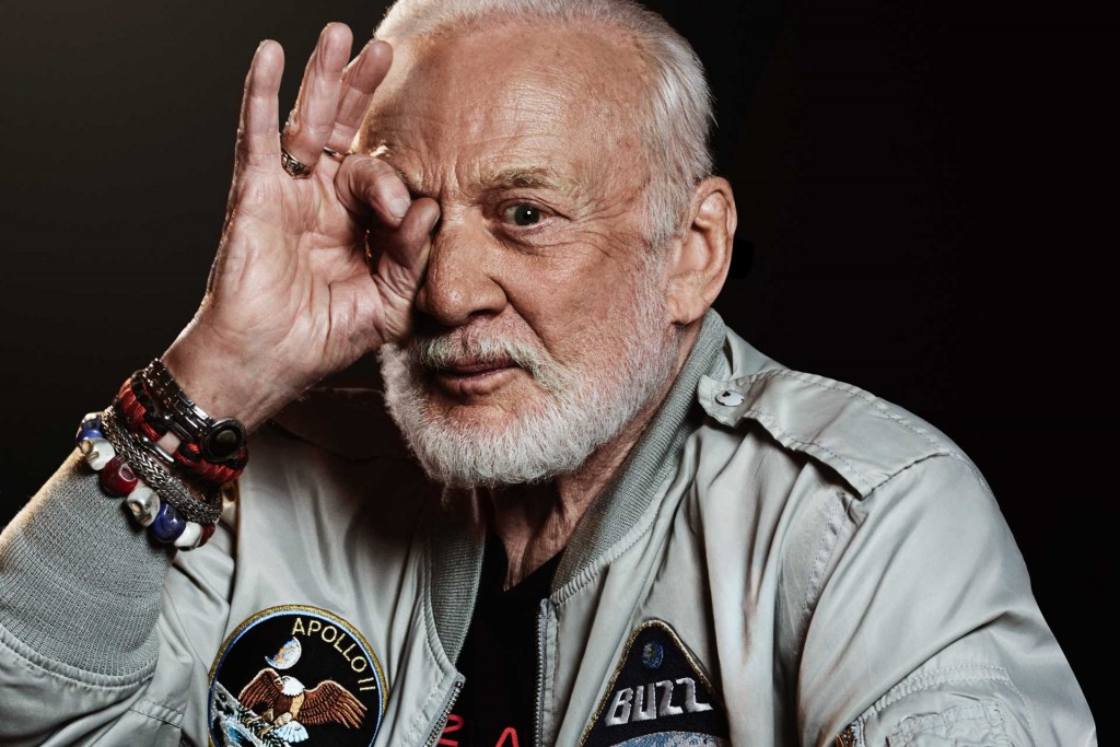 This is Buzz Aldrin, the second man on the moon. Why would an aging man with a glorious past do a stupid handsign like this one? One cannot be part of pop culture without showing submission. Even if you've walked on the moon. Click to enlarge