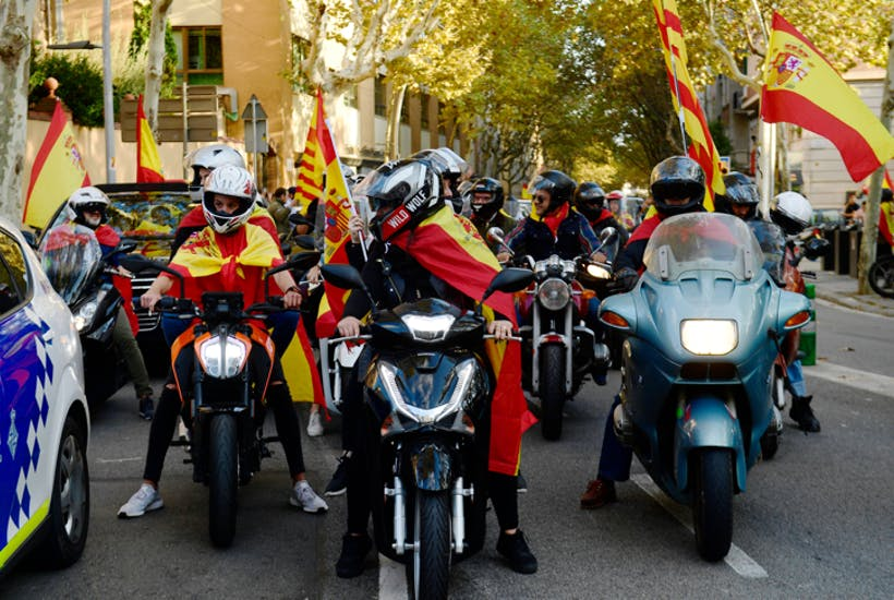 Motorcyclists in Barcelona parade in support of unity with Spain. Click to enlarge