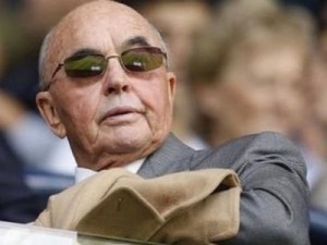 Owner of 175 companies, including restaurant chains and Tottenham Hotspur football club – whose fans call themselves the « Yid Army » - the very discreet billionaire Joe Lewis speculates on the exchange market in partnership with his friend George Soros.