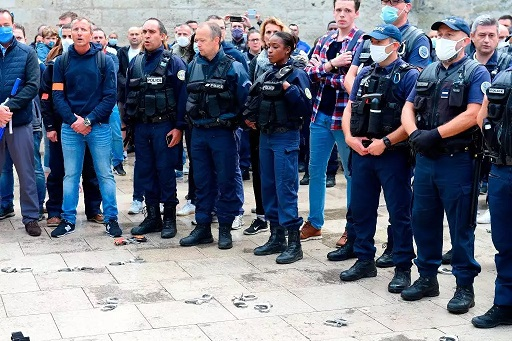 [Image: French-cops-threw-away-their-handcuffs-t...eholds.jpg]
